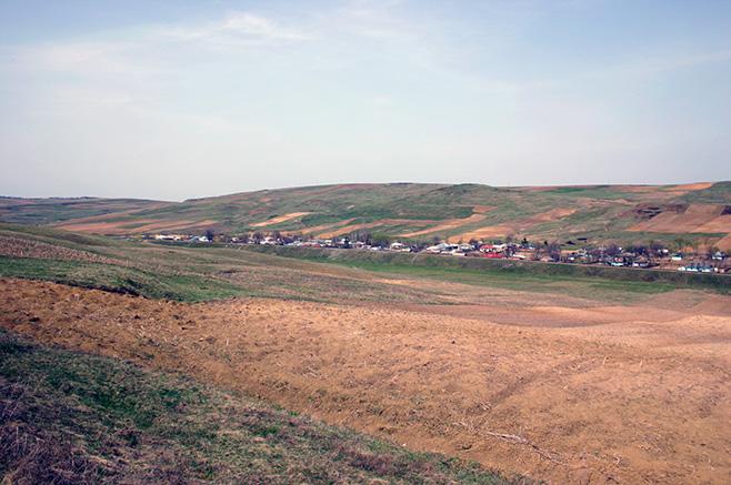 ゼチェ・ブラジニ村 芝に覆われた小高い丘