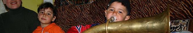 ホルンを吹くフェルナンド君3歳8ヶ月