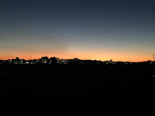 富士山の向こうに日が沈んで、夕映えが輝く。