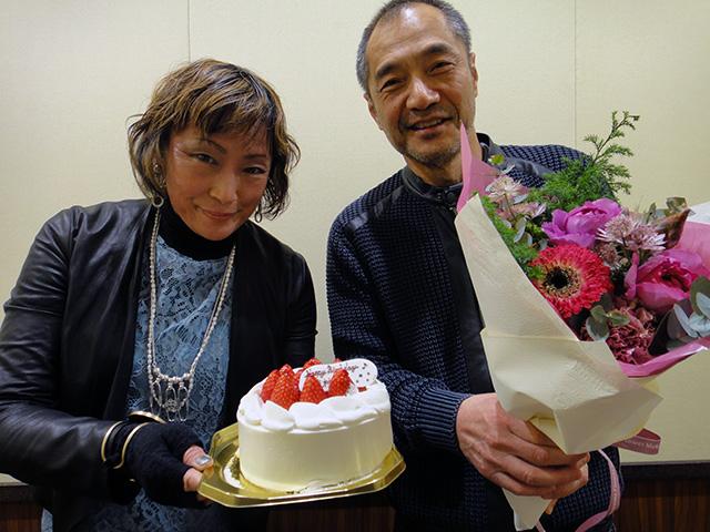 スタッフのみなさんが、ぼくと女房のバースデイ・ケーキと美しい花束をくださいました。