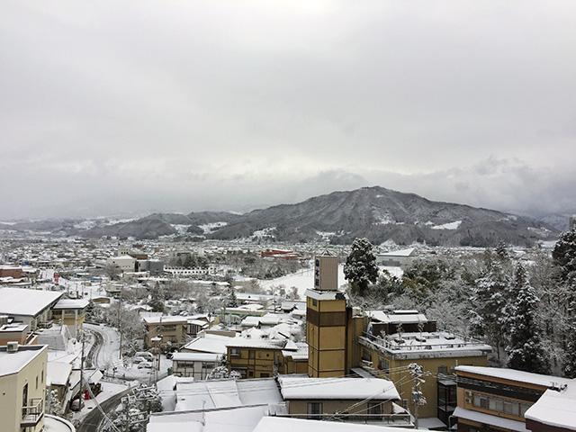 旅館から見る上山(かみのやま)の雪景色