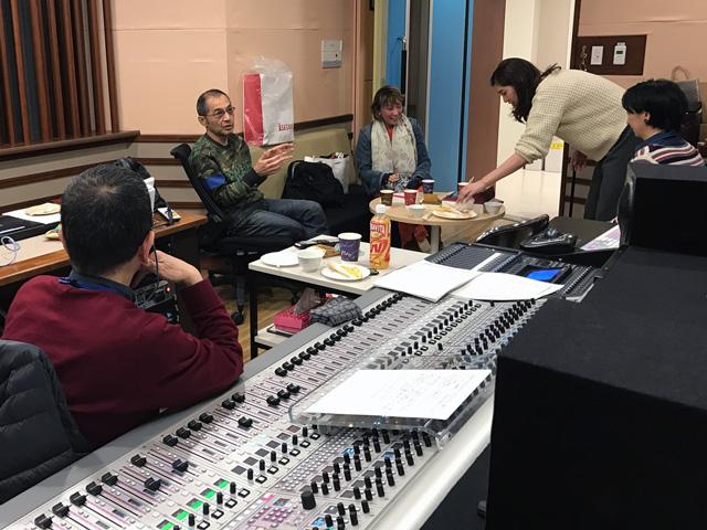 スタジオ内の雰囲気です。キャサリンがお菓子をすすめてくれています。 左から、音声の鏡さんの後ろ姿。ぼく。女房。キャサリン。ディレクターの田村さん。