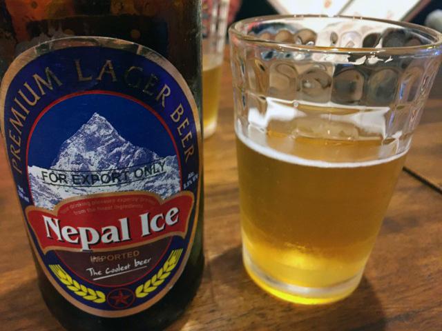 まずは、ビール。ネパール・アイスという銘柄です。550円。