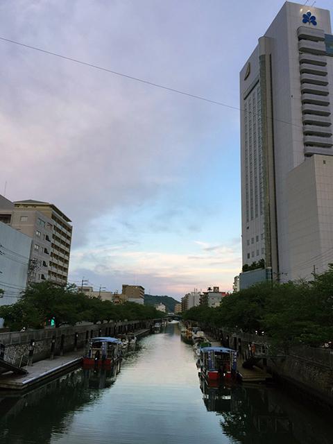 夕暮れの高知市内。水のまちですねえ。
