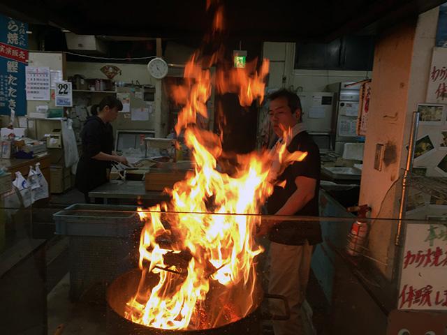 高知の旅。つづきます。   高知市内から四万十川まで車を走らせました。   途中、道の駅「かわうその里すさき」で、  藁焼きカツオのたたきを実演販売をしていました。(その2)