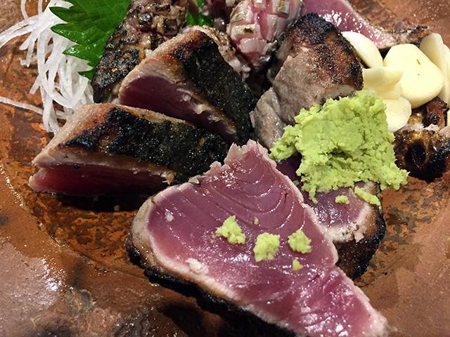 「黒尊(くろそん)」というお店の、カツオのたたき。塩とニンニク、少々の山葵で、シンプルに食べます。