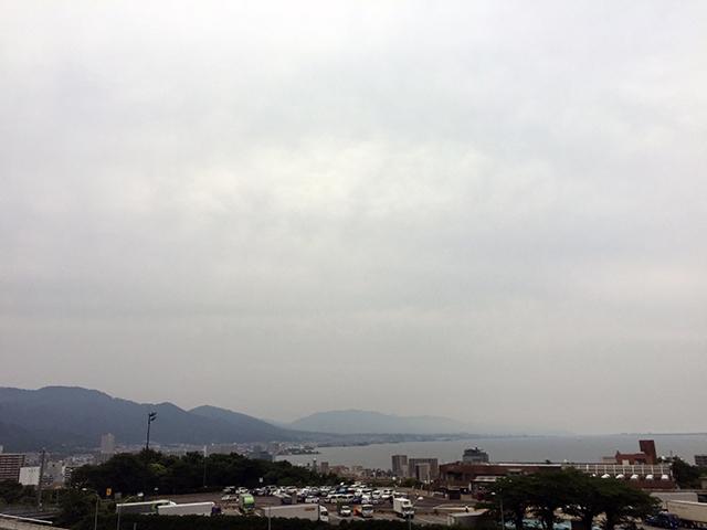大津サービスエリアからは琵琶湖と、比叡比良(ひえいひら)の山並みが。  まさに五月雨の旅。曇天です。