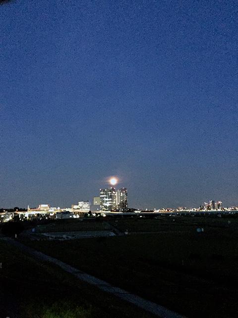 7月7日は、二子玉川にも、にじんだ満月がのぼりました。