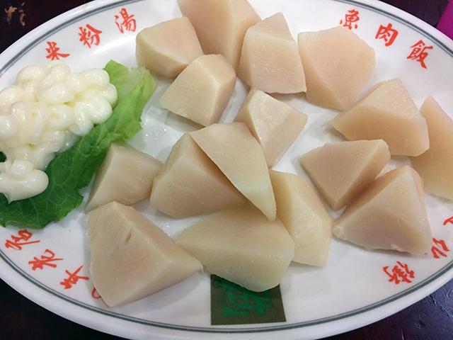 今が旬の、沙拉竹筍(竹の子のマヨネーズがけ)。100元。
