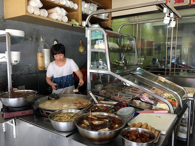 蒸し暑い店頭で、米粉湯やいろんなお料理を作ってくれます。