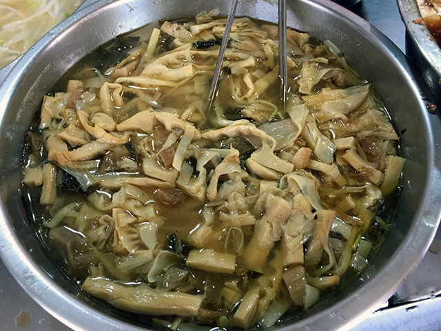 店頭の大鍋には、な、なんと、沖縄のスンシー・イリチーにそっくりのものが。 (スンシー:しなちく)(スンシー・イリチー:しなちくの炒め煮) 昆布も入ってます。v