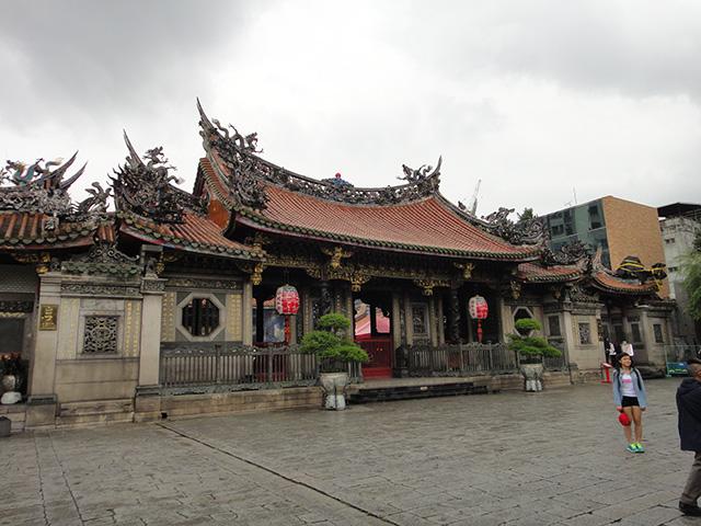 (台北の曇り空の下。龍山寺にお参り)