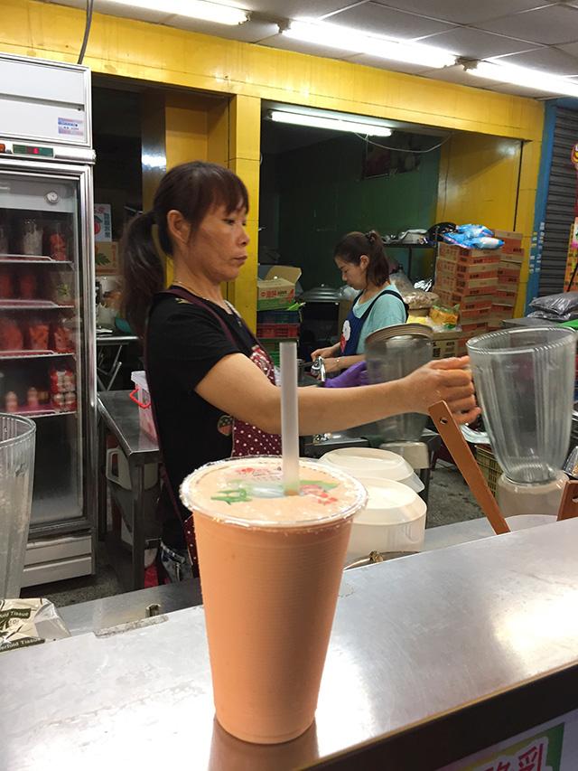 木瓜牛奶(パパイヤミルク、40元≒150円) とっても濃ゆくて、クリーミー!
