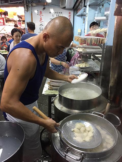 店の外で、水餃子みたいに、つるりんとした頭のお兄ちゃんが、 大鍋で餃子を茹でていました。