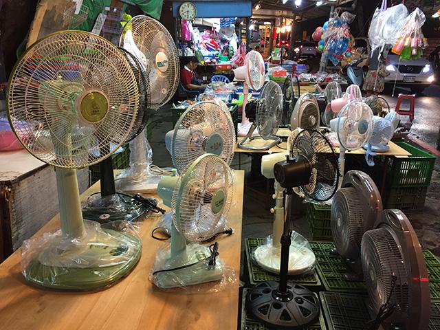 さすが、南国! 扇風機を売るお店も。