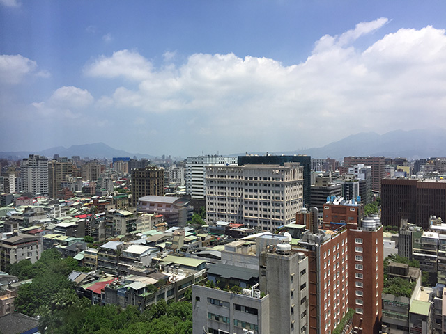 翌朝、ホテルの窓から見える台北市街。 久しぶりに青空が。