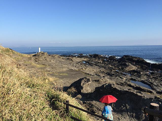 雨傘を日傘がわりにして、 島の東端にある安房埼(あわざき)灯台をめざします。