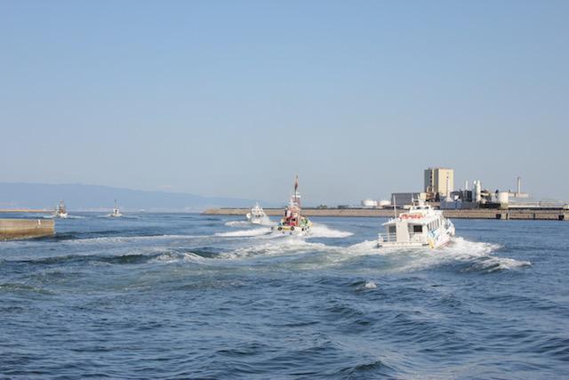 岸和田港を出る漁船