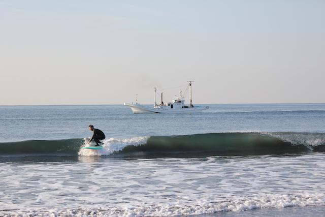 サーファーとハマグリ漁船