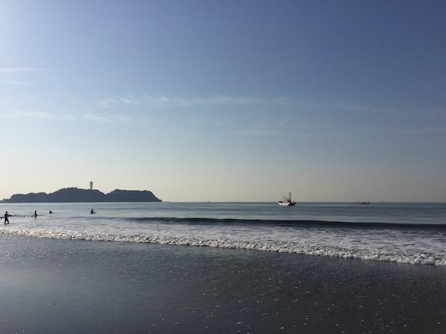 江ノ島とハマグリ漁船