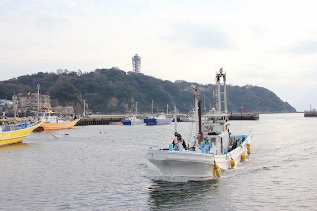 江ノ島とハマグリ船